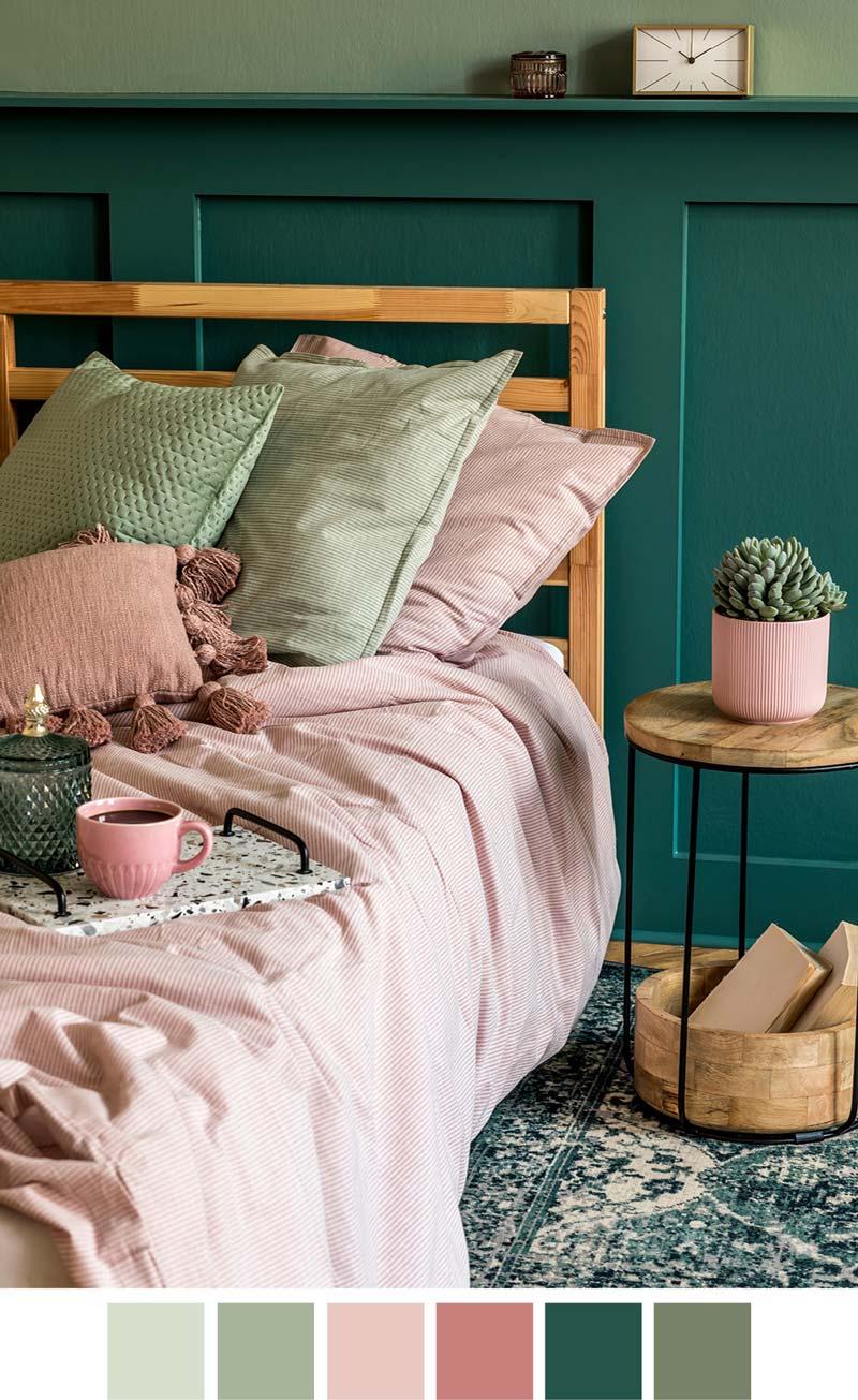 Уютная спальня в зеленых тонах, дополненная текстилем пастельных розовых оттенков.