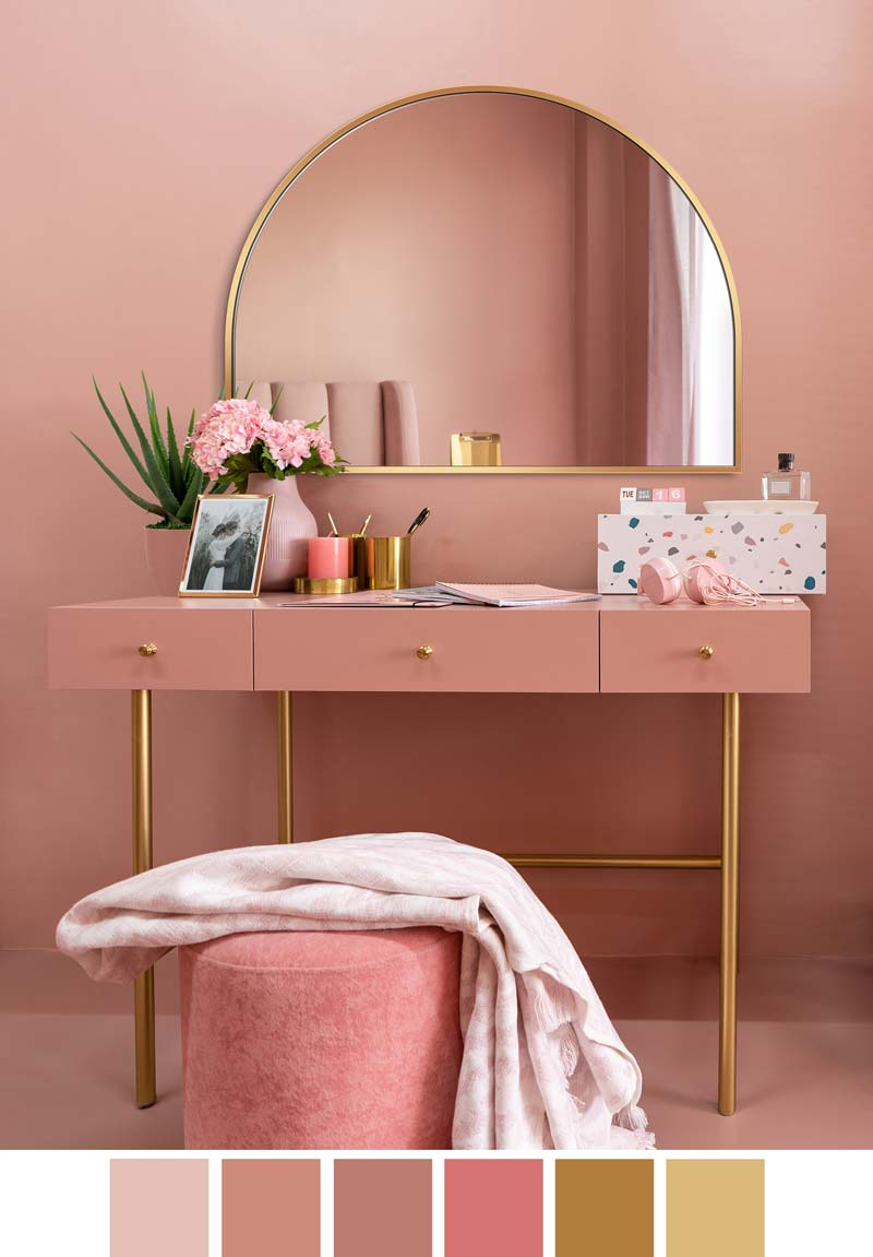 Портальное зеркало в золотой оправе над розовым туалетным столиком в розовой спальне, GieraDesign