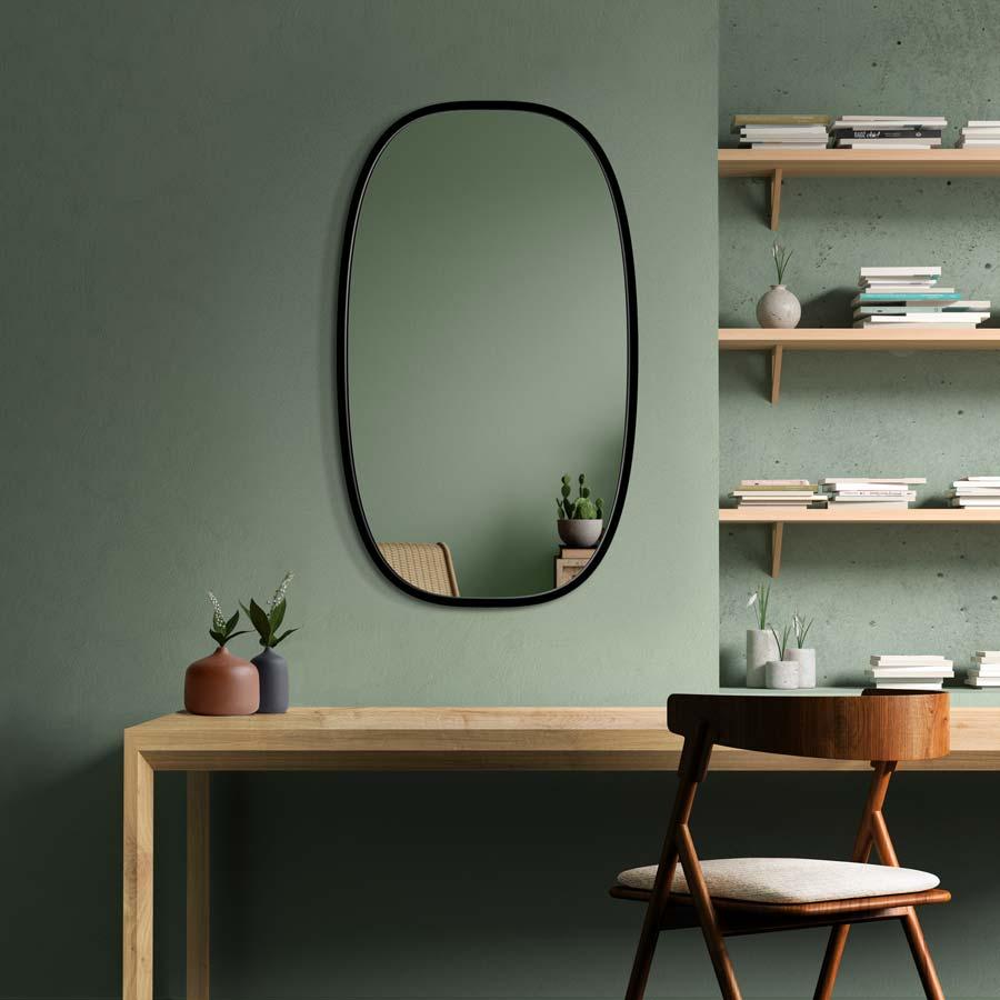 Зеркало долио на зеленой стене, сочетание, которое идеально сочетается с интерьером с японской.