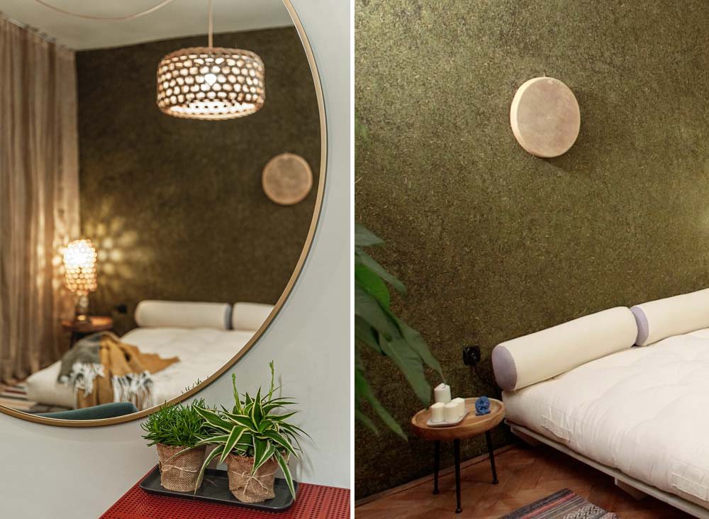 Две рамы интерьера спальни в японском стиле, включая часть кровати и зеркало.