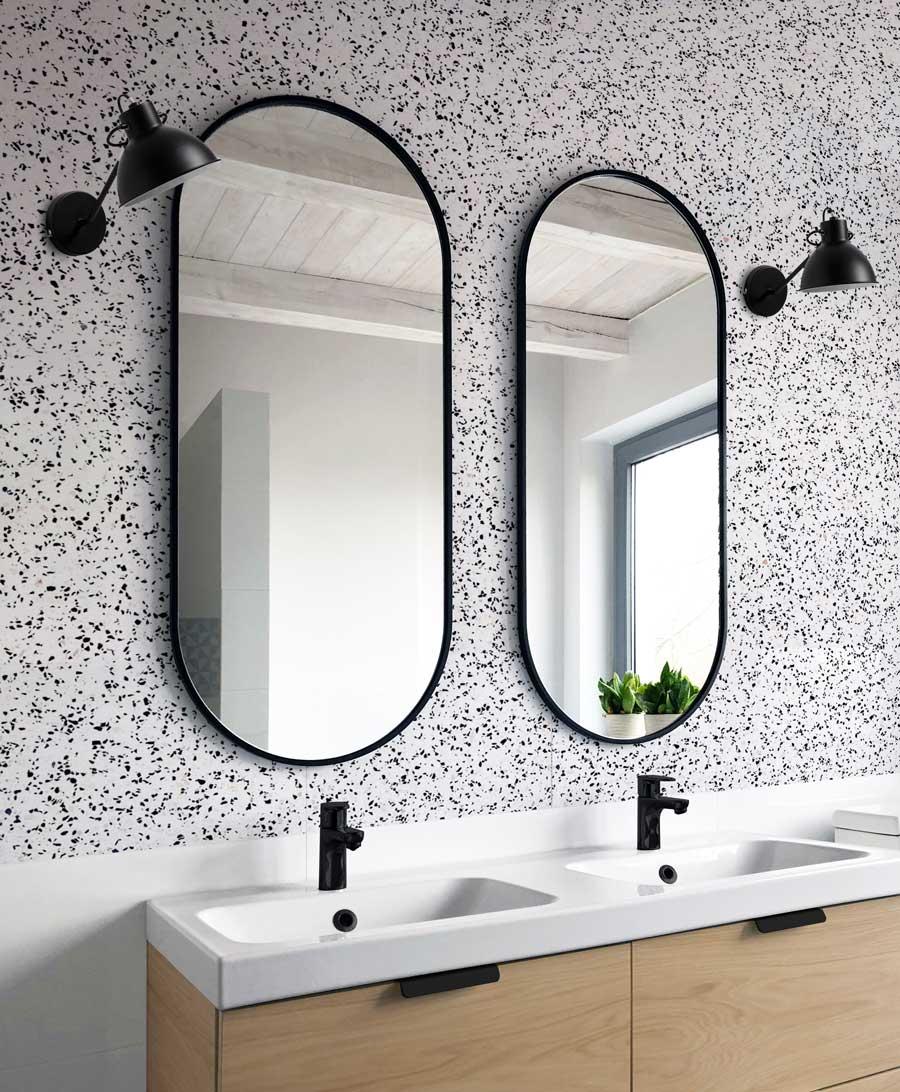 Два черных зеркала Ambient Slim в оформлении ванной комнаты.