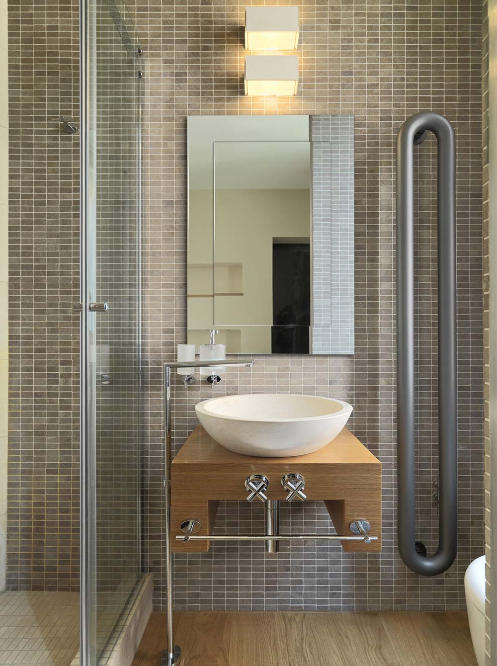 Обустройство ванной комнаты с помощью зеркала Modern SQ от GieraDesign.