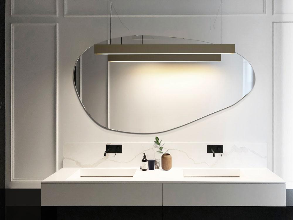 Современное зеркало Stain от GieraDesign в ярком оформлении ванной комнаты.