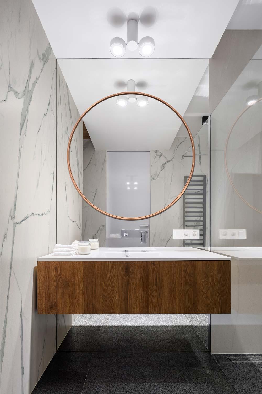Зеркало Scandi Slim из меди в ярком оформлении ванной комнаты.