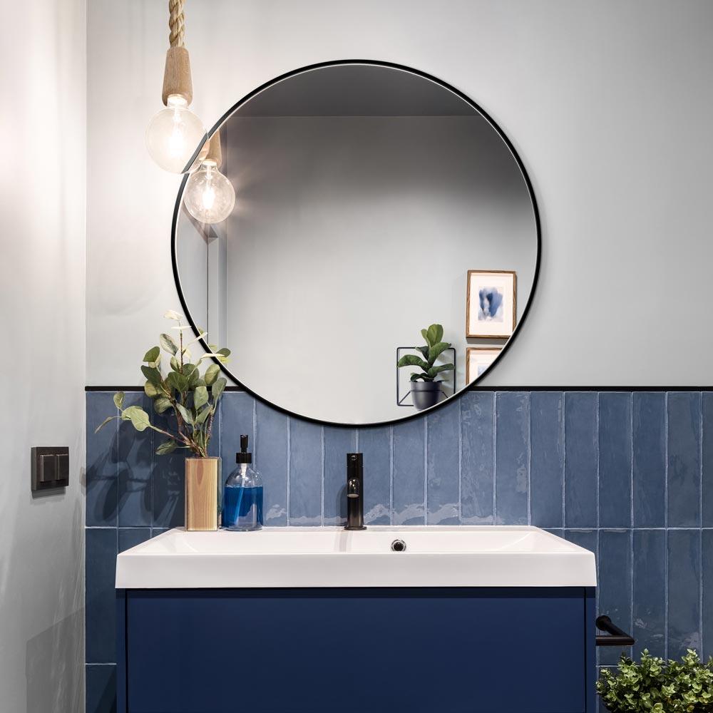 Черное зеркало Scandi Slim от GieraDesign в оформлении ванной комнаты с белой и темно-синей плиткой.