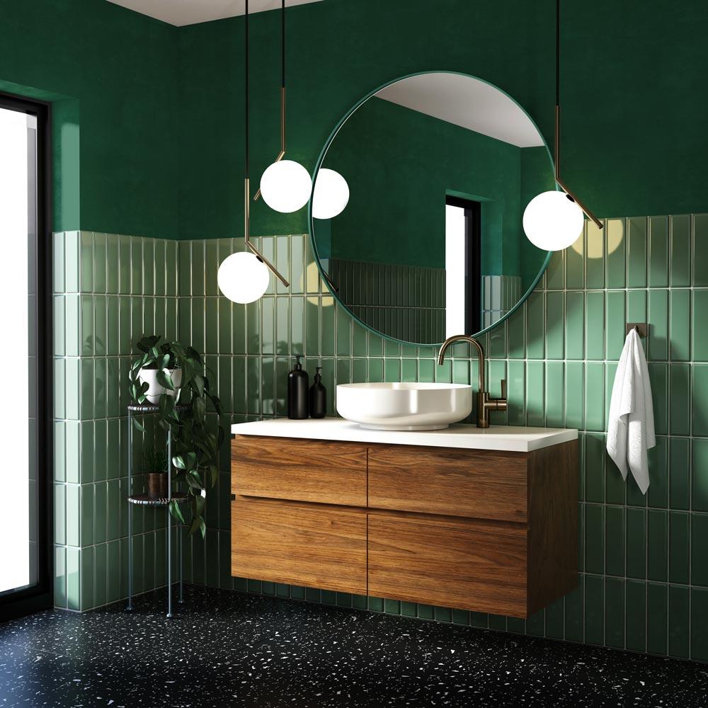 Зеленое зеркало Scandi Slim от GieraDesign в оформлении ванной комнаты с зеленой плиткой.