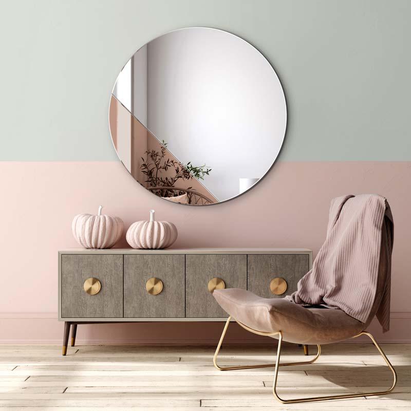 Пудрово-розовый в сочетании с мятно-серым на стене за комодом.  Над ним медное зеркало для заката, GieraDesign.