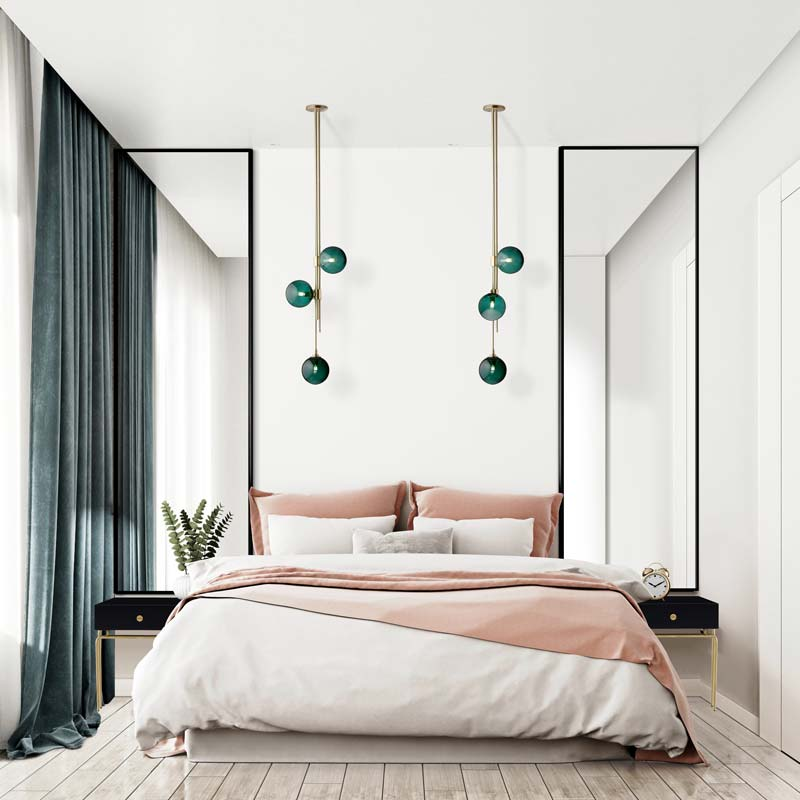 Элегантная белая спальня с розовым покрывалом и зелеными шторами.  Длинные зеркала Verte в черных рамах над прикроватными тумбочками.  GieraDesign