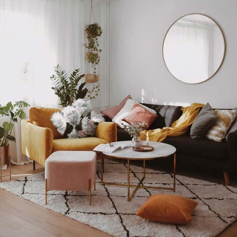 Горчично-желтое кресло, розовый пуф и подушки этих цветов на сером диване.  На стене зеркало Scandi Slim в золотой оправе, GieraDesign.