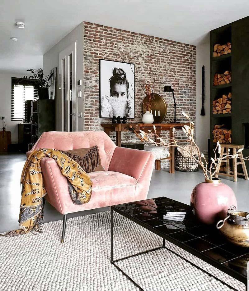 Розовое кресло и ваза в скандинавской гостиной.